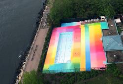 뉴욕 루즈벨트 섬에 칠해진 무지개 수영장