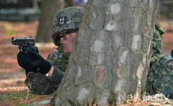 군인의 생명은 총, 영관급 장교들에게도 소총을 지급하라.