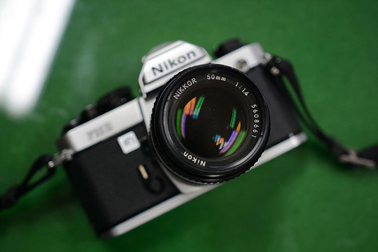 니콘 필름 카메라 FM2 실버 바디와 니콘 MF 50.4 렌즈