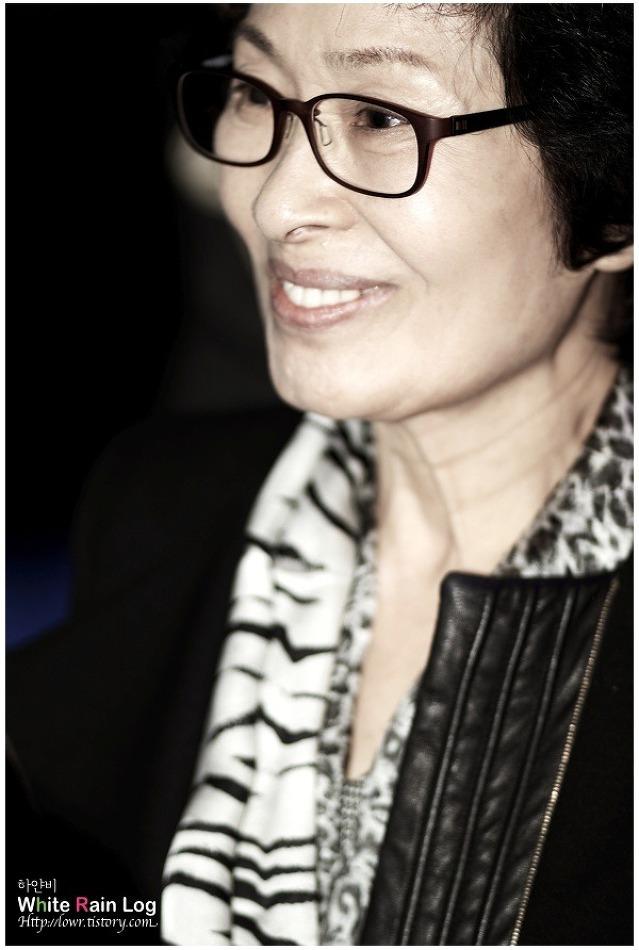 친구에게 보내는 김혜자의 미소 '2012-13 F/W 서울패션위크 이신우 패션쇼'