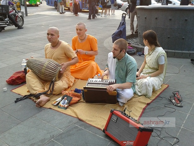 힌두교 신 '크리슈나 공동체(ISKCON)'의 끼르탄(Kirtan) 인사동 거리공연 / 인도악기 박티요가의 노래