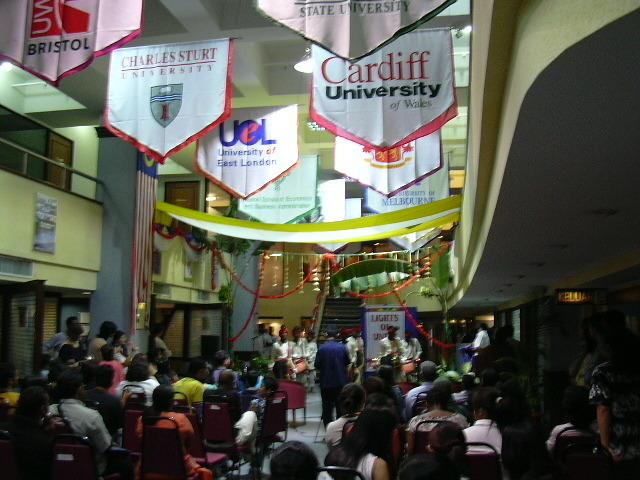 2003년 11월 13일에 HELP 학교에서 조그마한 행사