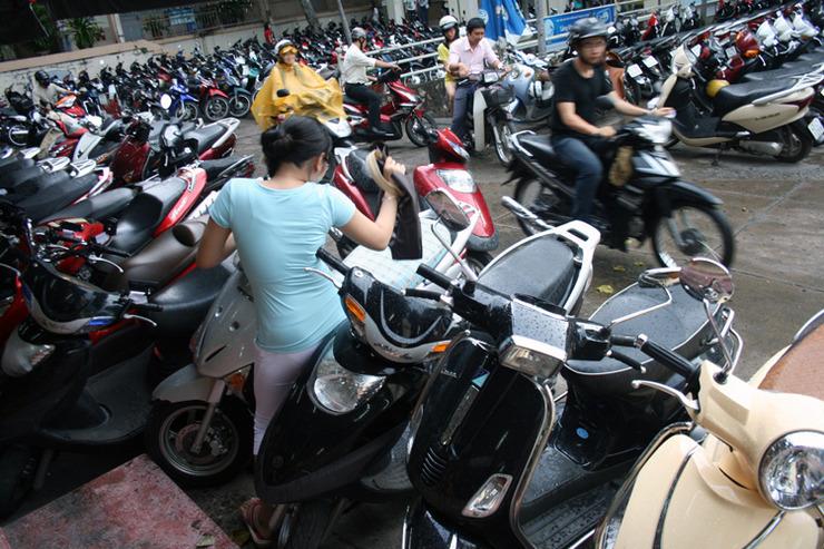 [호치민 대학교에서 오토바이 사이로 무리하게 지나가다 끼어 버린 중국 유학생. 물어보고 돌아가면 될 것을 ...]