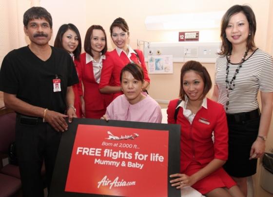 비행기 안에서 태어난 아기와 엄마에게 평생 무료 항공권을 제공한 에어아시아