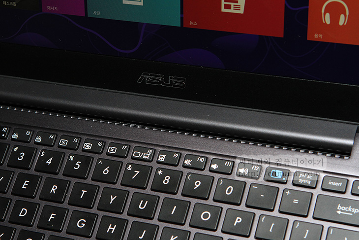 아수스 타이치, 리뷰, ASUS TAICHI, 최상위 모델, ASUS, 에이수스, 아수스, 에이수스 타이치, IT, review, 후기, 사용기, 제품, 노트북, 태블릿, 태블릿PC, 윈도우8, 운영체제,아수스 타이치 리뷰를 보시면 억 이런 노트북도 있구나 하실겁니다. 아수스 윈도우8 노트북 신제품들을 보는데 저도 처음보고 어 이거 좋은데 라고 생각하고 가장 많이 보게된 노트북이었습니다. 아수스 타이치 ASUS TAICHI는 가장 최상위 모델입니다. 특이한점은 화면이 2개입니다. 노트북 1개에 모니터가 2개라고하니 좀 신기할겁니다. 윈도우8 노트북은 대부분 터치를 넣었습니다. 이유라면 터치에 적합한 시작화면과 인터페이스를 가지고 있기 때문이죠. 제가 예전에도 여러가지 메이커의 노트북을 보여주면서 특징을 보여드린적이 있는데요. 화면이 분리가 되는 타입도있고, 힌지가 있어서 필요할때만 들어올리는 형태도 있고 화면이 뒤집혀서 뒤로 돌아가는 형태도 있는데요. 근데 조금씩 서로 장단점은 있습니다.  개인적인 주관을 넣어서 설명해보면 본체와 키보드독이 분리가 되는 타입의 경우에는 자주 사용하다보면 접점 부위가 정확히 맞지 않아서 가끔은 인식을 못해서 다시 꽂아줘야하는 점이 있습니다. 화면이 피벗이 되고 회전이 되는 모델도 있는데 이경우에는 써보니 회전을 시키는것도 일이고, 회전 후 화면이 180도로 돌아가 있는상태가 다시 180도로 돌아와야하는데 가끔 돌아오지 않으면 노트북을 들었다가 다시 놓아야하는 경우가 생기더군요. 힌지가 있는 타입의 경우에는 키보드가 위아래로 좁아져서 큰 사이즈의 키보드를 쓰지 못한다는 아쉬움이 있습니다. 화면이 뒤집어서 키보드독 뒤로 접을 수 있는 타입도 있는데 이때 아쉬운점은 키보드를 쓸때 다시 접어야하고 하판부분에 키보드가 직접 바닥에 닿으므로 뭔가 아쉬움이 있죠.  이런 여러가지 아쉬움을 달래기 위한 모델이 아닐까 합니다. 평소에는 그냥 태블릿처럼 씁니다. 터치도 활용할 수 있구요. 근데 갑자기 키보드를 써야할 때가 생깁니다. 정말 노트북 처럼 써야할때 말이죠. 이때는 그냥 화면을 올리면 안쪽에 다시 다른 화면이 나타납니다. 즉 우리가 노트북 화면을 덮었을 때 보이는 상판 부분에 터치모니터가 하나 더 붙어있습니다. 그리고 재미있는것은 듀얼 모니터로 동작가능합니다. 두개의 화면에 동시에 화면을 띄울 수 도 있습니다. 또는 한쪽만 보이도록 설정할 수 있습니다. 게다가 2개의 모니터가 각각 따로 동작이 가능해서 동시 입력은 안되지만 한번씩 번갈아가면서 입력하면 서로 다른 사용자가 입력도 가능 합니다. 영업용 컴퓨터를 보면 모니터2대를 놓고 고객과 상담사가 같이 보는 경우가 있는데 그럴때도 활용할 수 있을듯하더군요. 그리고 괜찮은점은 무게도 1.25kg 밖에 안됩니다.