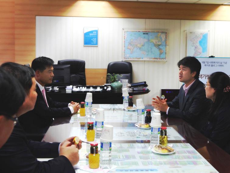 증정식에 참석한 한국보건복지정보개발원 김철수 기획이사님, 한국아동복지협회 하성도 부회장님과 관계자들