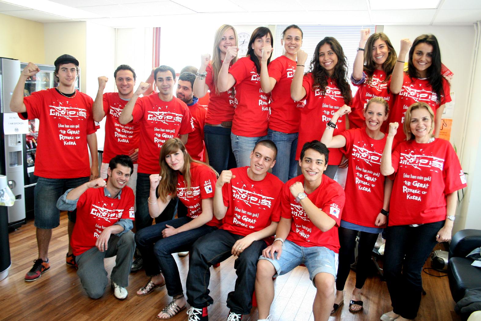 """""""월드컵 한글 티셔츠""""를 입은 외국학생들의 반응"""