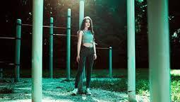 레깅스 운동복 여성 탱크탑 체육 공원 긴머리 여자 건강한 여자 날씬한 스포츠 스타일 무료 이미지