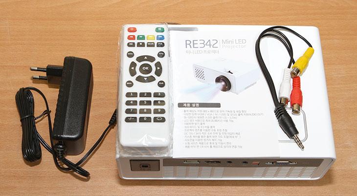 Coms 미니, 빔프로젝터 ,RE342, 저렴한 빔프로젝터,IT,IT 제품리뷰,비교적 저렴한 빔 프로젝터 써 봤습니다. 가격에 비해서는 나름 쓸만합니다. Coms 미니 빔프로젝터 RE342 저렴한 빔프로젝터 실제로 쓰면서 느낀 점을 적어보려고 하는데요. 소음은 좀 큰 편이긴 합니다. Coms 미니 빔프로젝터 RE342는 그래도 비교적 밝은 밝기를 가지고 있고 적절한 거리만 맞으면 꽤 큰 스크린을 쉽게 만들 수 있었습니다. 조금 크기가 큰 편으로 휴대용 보다는 사무실이나 집에 고정해서 사용하는 형태가 좀 더 좋아보이긴 했습니다.