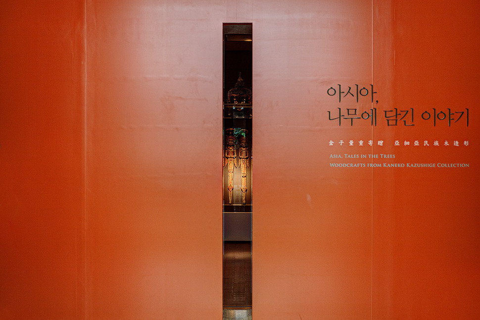 박물관의 조형물 틈새로 전시물이 보인다.