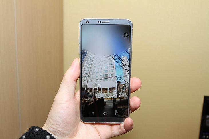 LG G6 ,360 파노라마 ,VR 이미지, 쉽고 간단하게 만든다,IT,IT 제품리뷰,듀얼카메라 중 와이드 화각을 이용하는 기능인데요. 이 기능 나올줄 알았습니다. LG G6 360 파노라마 VR 이미지 쉽고 간단하게 만드는 방법 알아봅니다. 저는 예전에 앞뒤 와이드 카메라를 이용한 360 VR 이미지 촬영이 나올거라고 했는데요. LG G6 360 파노라마 VR 이미지는 후면 카메라 중 와이드 화각의 카메라만 이용해서 촬영을 합니다. 아직은 앞뒤 카메라의 재원이 달라서 안되는듯 싶지만 나중에는 그렇게 나오지 싶은데요.