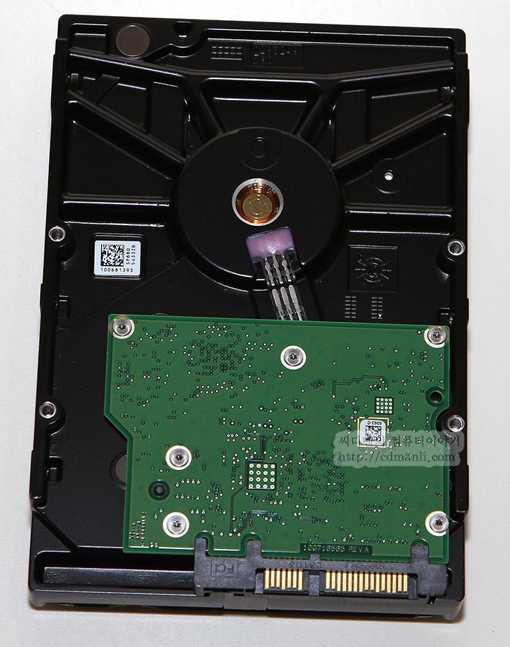 씨게이트 데스크탑 SSHD, 씨게이트, 시게이트, 씨게이트 SSHD, SSHD, IT, 열화상사진, FLIR E40, 성능 벤치마크, 씨게이트 데스크탑 SSHD 2TB, 씨게이트 데스크탑 SSHD 1TB, 씨게이트 데스크탑 SSHD 4TB, SSD, HDD, 하드디스크, 리뷰, 제품, 사용기, 후기,씨게이트 데스크탑 SSHD 2TB 사용을 해보고 느낀것은 SSHD 데스크탑용은 꽤 쓸만하구나 하는것이었습니다. SSHD는 SSD와 하드디스크의 중간 형태 입니다. 하드디스크의 고용량을 사용하면서 SSD의 빠른 속도를 활용할 수 있는 저장장치이죠. 씨게이트 데스크탑 SSHD 2TB 사용 후 느끼는 체감 성능은 일반 하드디스크보다는 훨씬 빠른 느낌을 받습니다. 그리고 실행을 반복하는 프로그램 경우에는 SSD 성능만큼 훨씬 빠르게 뜨는것을 볼 수 있습니다.  하드디스크는 용량에 비해서 가격이 SSD에 비해서 상대적으로 저렴합니다. 하지만 디스크 위에 해더가 움직이는 형태로 엑세스 타임이 존재하게 됩니다. 단편화가 심해지면 점점 더 느려지는 특성을 가진 하드디스크의 성능을 개선하기 위해서 SSD를 캐시로 사용하게 됩니다. 그 캐시가 되는 용량을 점점 늘려서 SSHD가 탄생합니다. 자주 실행되는 파일은 캐시에 들어가서 실행되므로 실행속도가 극적으로 빨라지게 됩니다. 그리고 하드디스크의 넓은 용량을 저장소로 활용할 수 있으므로 저장공간도 넓힐 수 있죠.  씨게이트 SSHD는 노트북용 부터 시작을 했습니다. SSD가 가격이 조금 높게 형성되어있을 때에는 노트북에서의 SSHD는 꽤 쓸만했습니다. 고용량을 실현할 수 있으면서도 노트북의 느린 저장장치를 개선할 수 있었습니다. 하지만, 노트북 하드디스크 자체의 성능이 크기 때문에 가지는 기계적 매커니즘으로 성능이 낮아지는 점 때문에 아무래도 속도가 좀 낮았습니다. 하지만, 점점 속도가 개선되기 시작했습니다. 이제는 데스크탑 SSHD도 1TB 2TB 4TB의 제품이 나왔습니다. 데스크탑 하드디스크는 노트북 하드디스크보다 상대적으로 전송속도와 엑세스타임에서 성능이 좋습니다. 그 상태에서 SSD의 캐시가 합쳐져서 보다 더 빠른 속도를 낼 수 있게 되었습니다.  이번 테스트에서는 씨게이트 데스크탑 SSHD 2TB의 성능을 벤치마크 해보고 열화상사진등도 살펴보도록 하겠습니다.