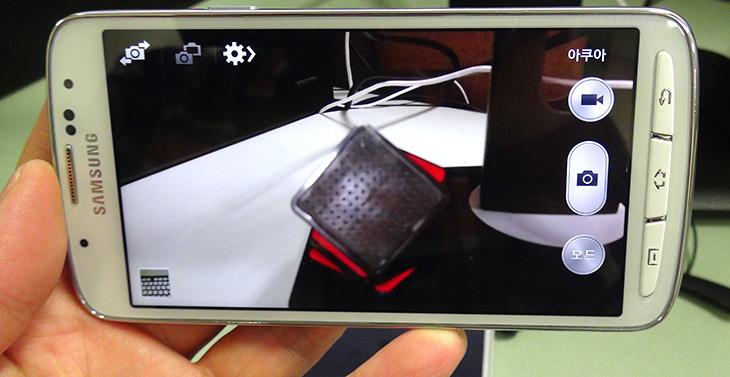 갤럭시 S4 액티브 방수, 갤럭시S4 액티브, 갤럭시S4, 갤럭시 S4 액티브, IT, 단점, 갤럭시 S4 액티브 단점, 갤럭시 S4 액티브 장점, 방수, IP67, 생활방수, 물속, 수중촬영, 실험, 물, 워터, 사진, 리뷰, 후기, 갤럭시 S4 액티브 방수 능력을 테스트 해봤습니다. 방진 방수 능력을 가지고 있는 이 스마트폰은 IP67 등급을 지원하여 1미터 깊이에서 30분간의 방수를 지원 합니다. CF광고에서도 흐르는 물에 씻고 하는데 그정도는 충분히 지원한다는 것이죠. 하지만  갤럭시 S4 액티브 방수 능력은 지원하는 내용일 뿐 완전방수 폰은 아니므로 고장나는것을 주의하긴 해야합니다. 침수가 만약 일어나면 보상을 해주지는 않으니까요. 하지만 이것은 갤럭시 S4 액티브 단점으로 보기는 힘듭니다. 왜냐면 다른 방수폰들도 모두 사용자가 실제로 물속에 넣어서 고장이 났을 경우 보장을 해주고 있지 않기 때문이죠.  저는 이번 글에서 방수를 테스트해보고 물에 실제로 넣어보고 하겠지만, 실제로 방수폰으로 보기 보다는 험악한 상황에서도 좀 더 잘 견디는 폰으로 봤으면 합니다. 카메라에서는 수중촬영이라는 모드가 따로 있지만 실제로 물에 넣고 물놀이를 하면서 사진을 찍는 용도로는 좀 위험다는것이죠. 하물며 잠금장치가 있는 방수카메라 조차도 물속에서 충격을 좀 가하면 물이 들어갈 수 도 있는데 패킹 정도로만 되어있는 것에서 너무 많은 것을 바라면 안될것같다는 생각도 듭니다. 하지만 등산을 좋아하거나 물이 있는 곳에서 작업을 하거나 하는 분들에게는 조금 안심을 할 수 있는 요건을 가진 그런 스마트폰이 될 것입니다. 참고로 앞으로 나올 갤럭시 S5도 이런 형태로 방수를 지원 합니다.