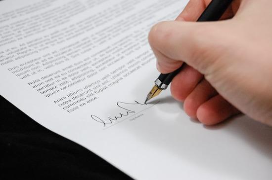 계약문서에 서명하는 내용.