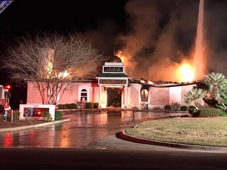 현지시각 2017년 1월 27일, 빅토리아 이슬라믹 센터에 원인불명의 화재가 발생해 모스크가 불타고 있다. 사진: Victoria Islamic Center
