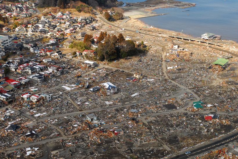 사진: 2011년 발생한 진도 9.0의 도호쿠 대지진에서 해변의 마을 하나가 쑥대밭이 되어 피해를 본 실제 사진. [영화 '너의 이름은'의 감독 신카이 마코토와 OST]