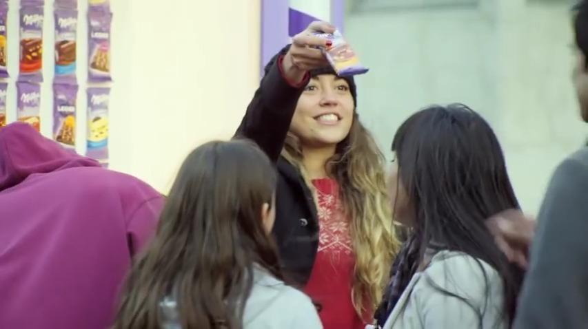 다함께 손을 잡으면 부드러움의 전도체가 되어 자판기에서 밀카 초콜렛이 쏟아진다! - 밀카(Milka) 초콜렛 자판기 활용 프로모션, 부드러움의 연쇄/부드러운 인간사슬(Cadena de ternura) [한글자막]