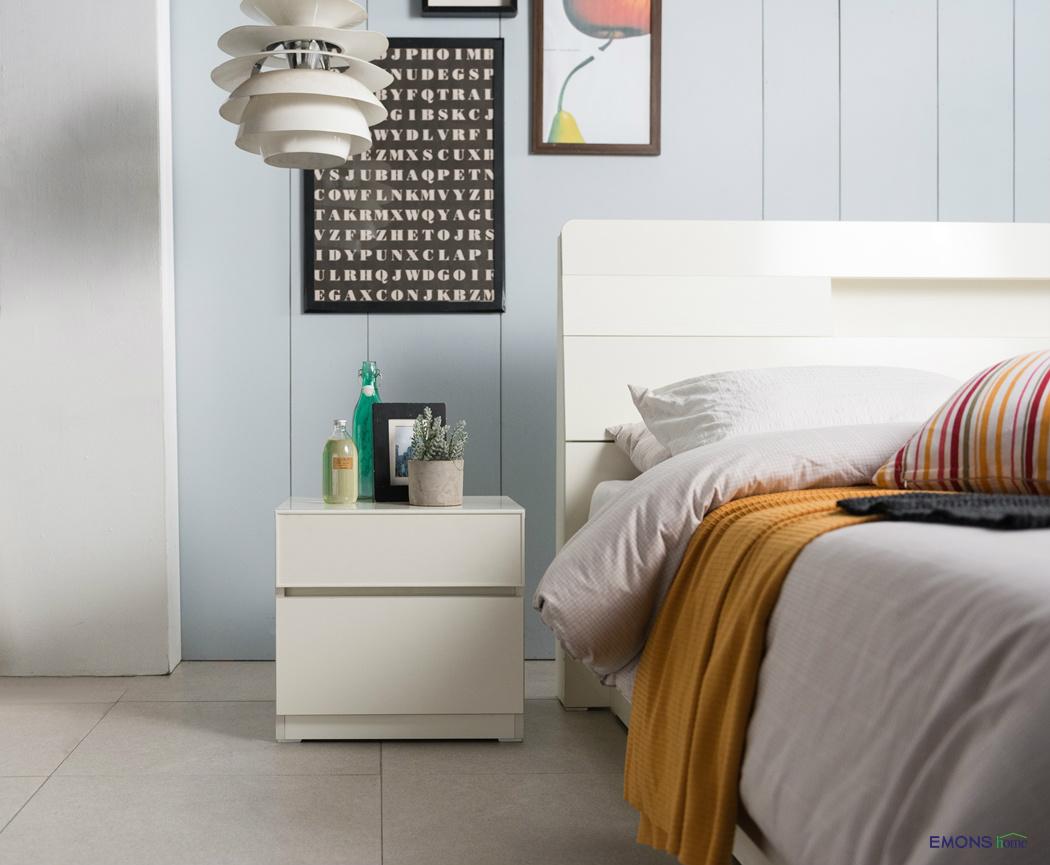 사랑스러운 디자인 의 아이비 협탁 은 침대 옆에서 보조 역할을 ...