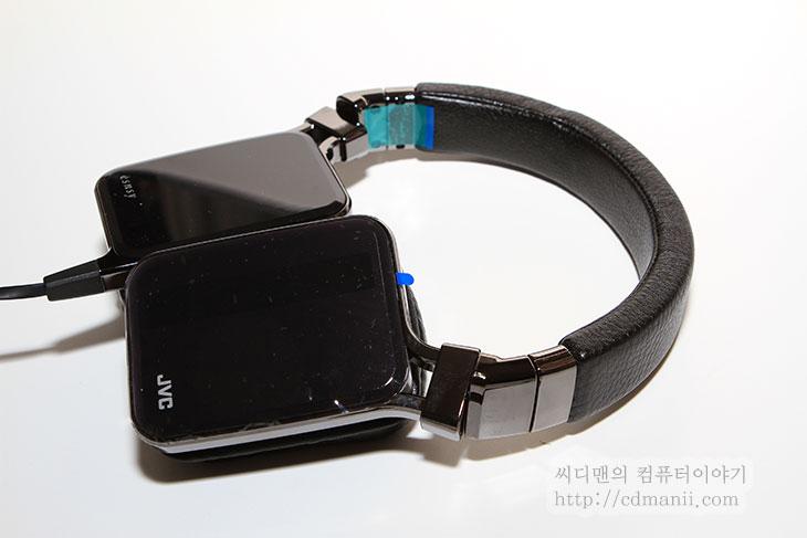 JVC esnsy HA-SR85S, JVC, esnsy, HA-SR85S, 개봉기, 디자인, IT, 헤드폰, 헤드셋, 40mm 드라이버, 스피커, 제품, 리뷰, 후기, 사용기,JVC esnsy HA-SR85S 개봉을 드디어 해보네요. 디자인도 살펴보도록 하죠. 이 제품은 일본의 음향기술과 프랑스의 디자인 연구소와 손잡고 만든 헤드폰 입니다. JVC라고 이야기를 들었을 때 저는 캠코더가 제일 먼저 생각이 났는데요. JVC esnsy HA-SR85S를 보니 음향쪽에도 꽤 노하우를 쌓아왔다고 하네요. 이 제품은 JVC 헤드폰과 이어폰 제품중에서는 가장 상위 모델입니다. 안드로이드 계열 스마트폰과도 맞게 제작되어있습니다. 요즘은 헤드폰이나 이어폰이 스마트폰과 맞춰져서 나오는 제품이 많네요. 디자인도 독특합니다. 직사각형의 외형과 살짝 기울어진 스피커 부분은 독특한 외형을 보여줍니다. 스피커는 내부에 40mm의 네오디움 드라이버가 사용되었습니다. 이번편에서는 디자인에 대해서만 살펴보고 다음글에서 음향쪽에 대해서 테스트를 해보도록 하겠습니다.
