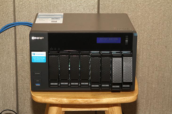 씨게이트 8TB ,QNAP ,TVS-871T ,10Gbps ,Seagate NAS, 속도,IT,IT 제품리뷰,고용량 하드디스크에 대한 필요도가 점점 높아지고 있죠. 컨텐츠의 사이즈가 점점 커지기 때문입니다. 씨게이트 8TB를 QNAP TVS-871T에 연결해서 10Gbps 속도로 연결을 해 봤습니다. Seagate NAS 속도가 얼마나 높아질지 확인을 해 봤는데요. 보통 NAS를 구성해도 1Gbps로 연결되는게 대부분이여서 최대 속도는 사실 정해져 있는데요. 씨게이트 8TB NAS용 하드디스크를 4개를 RAID5로 묶어서 아주 고속의 빠른 저장장치를 만들어서 활용해보도록 하겠습니다. 먼저 성능부터 확인해보도록 하죠.