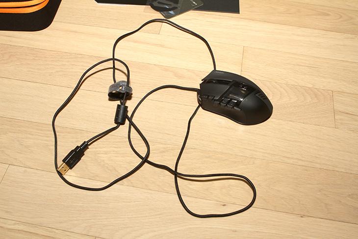 어로스 썬더 M7 사용기, 어로스 썬더 M7 후기, AORUS THUNDER M7, AORUS,어로스,썬더 M7,어로스 썬더 M7,IT, IT 제품리뷰,후기,사용기,어로스 마우스, 게이밍 마우스,어로스 썬더 M7 사용 후기를 올려봅니다. AORUS THUNDER M7 MMO GAMING MOUSE는 어로스의 가장 상위 버전 게이밍 마우스 입니다. 근데 찾아보니 마우스는 하나 뿐이군요. 직접 사용해보고 느낀점을 적어보려고 합니다. 이 글을 위해서 일부러 어로스 썬더 M7 사용을 오랫동안 해 봤습니다. 오른손 전용 마우스로 오른손 잡이는 상당히 편한 마우스 입니다. 문뜩 왼손 전용 마우스는 없는가라는 생각도 들긴 한데요. 양손잡이용 마우스보다 오른손 잡이 전용 마우스가 편하긴 합니다.  어로스 썬더 M7 사용성은 상당히 편리합니다. 왼쪽에는 매크로나 특수한 기능을 수행할 수 있는 키가 8개나 붙어 있습니다. 앞부분과 꽤 뒷부분까지 2개의 줄로 나뉘어져 있어서 잘 외워서 누르면 꽤 편리하죠. 프로필을 변경을 5개까지 가능하여, 총 8 x 5 = 40개의 매크로 설정이 가능 합니다. 게임 5개에 각각 8개의 매크로를 설정해놓고 쓸 수 있다는 이야기죠. 물론 한 게임에서 케릭터별로 매크로를 나눠서 쓸 수 도 있을테구요. AORUS라는 마크가 측면과 상단에 은근히 보이는점도 멋집니다. 안쪽 부분에는 꼭 자동차 엔진룸을 보는듯하게 디자인 된점도 상당히 근사합니다.