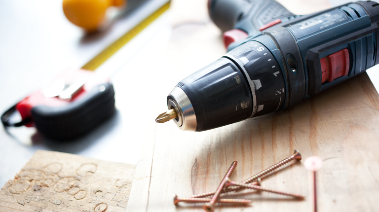 DIY 작업대 위의 줄자와 전동 드라이버