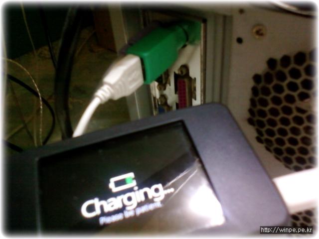 PS/2 포트에 충전하는 모습