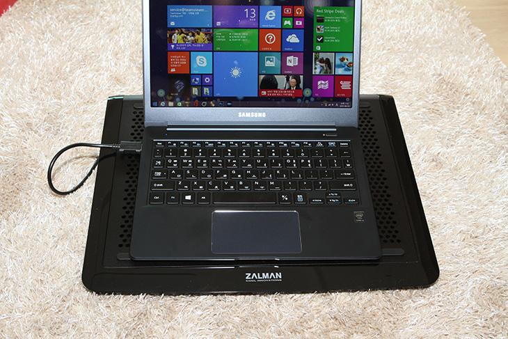 잘만 노트북쿨러, ZM-NC3000S, 사용, 후기,IT,IT 제품리뷰,후기,사용기,잘만,ZALMAN,조이젠,잘만 노트북쿨러 ZM-NC3000S 사용 후기편 인데요. 점점 날씨가 더워지면서 노트북도 점점 뜨거워지고 있죠. 물론 최근에는 코어M을 사용한 노트북들이나 팬소음도 없고 발열도 적으면서도 빠른 노트북이 많이 나와있지만 게이밍 노트북을 쓰는 분들은 잘만 노트북쿨러 ZM-NC3000S 과 같은 제품을 사용을 고려해보고 있을 것 입니다. 과거에는 노트북 쿨러도 가격이 많이 비쌌지만 요즘은 가격도 비교적 저렴해지고 소음도 낮아지고 성능도 많이 좋아진 제품이 많이 나오고 있습니다. 물론 노트북쿨러가 만능은 아닙니다. 노트북의 하단 부분을 식혀주고 공기 흐름을 좀 더 원활하게 해줄뿐 실제로 쿨링에 가장 큰 부분을 차지하는것은 노트북의 자체 쿨링 성능이긴 합니다. 그래서 잘만 노트북쿨러 ZM-NC3000S와 같은 제품을 쓰기 전에 쿨링성능이 많이 떨어졌다면 노트북을 분해해서 쿨러주변을 청소해주는것도 큰 도움이 되죠.