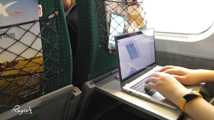 노트북으로 작업중인 모바노