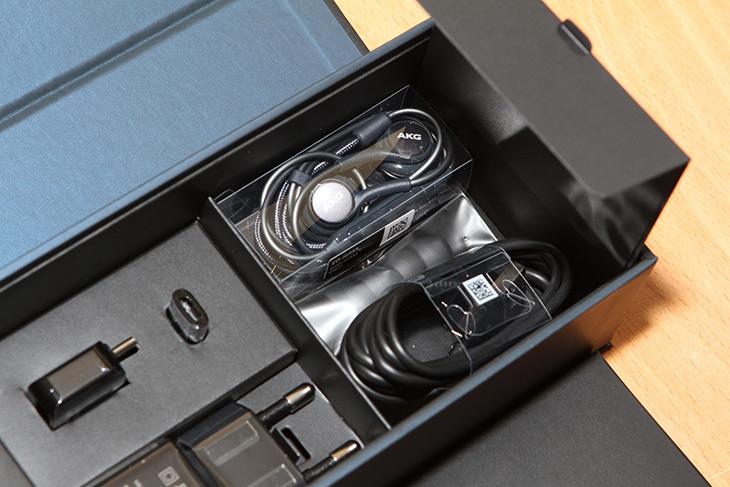 갤럭시S8 플러스 ,128기가 ,미드나잇블랙, 개봉기,IT,IT 제품리뷰,삼성 덱스를 사실 너무 써보고 싶어서 질렀는데요. 물론 자세한 리뷰도 곧 올릴겁니다. 갤럭시S8 플러스 128기가 미드나잇블랙 개봉기를 통해서 간단히 구성품이랑 디자인 그리고 함께 사은품으로 받은 제품들 살펴봅니다. 갤럭시S8 플러스 128기가 미드나잇블랙은 덱스를 제공해주는 유일한 기기 입니다. 물론 덱스는 다른 갤럭시S8에서도 모두 동작은 하지만요. 근데 기대를 좀 한다면 4GB보다 2GB 더 많은 6GB의 로컬메모리가 들어간 점이 기대를 하게 하네요.
