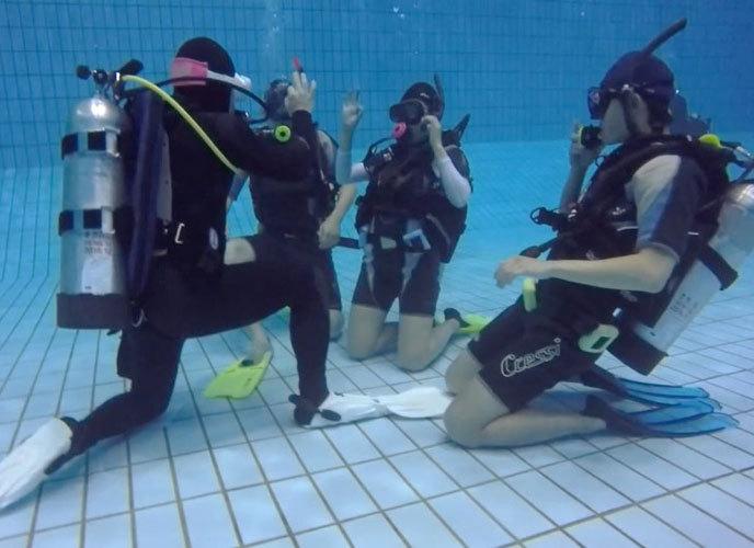 스쿠버다이빙 기초 교육 중 제한수역(수영장)에서 하는 훈련