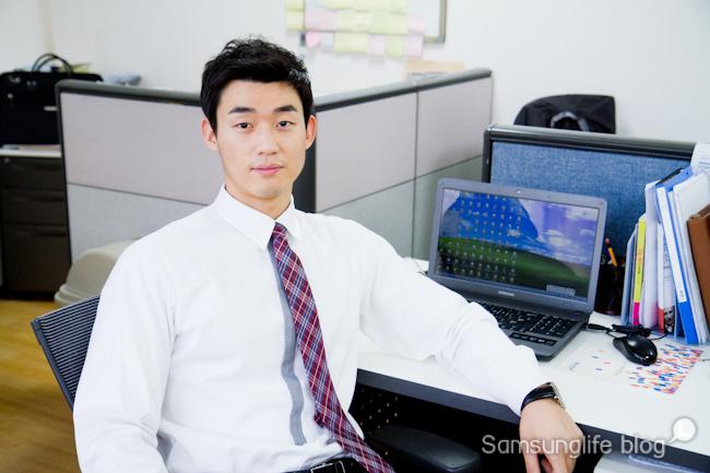 사무실에서 일하는 직장인의 모습