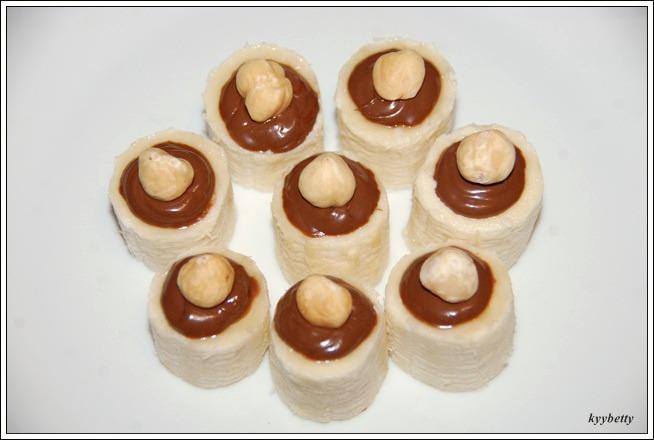 누텔라와 헤이즐넛을 얹은 바나나(BOCCONCINO DI BANANA CON NUTELLA E NOCCIOLE)