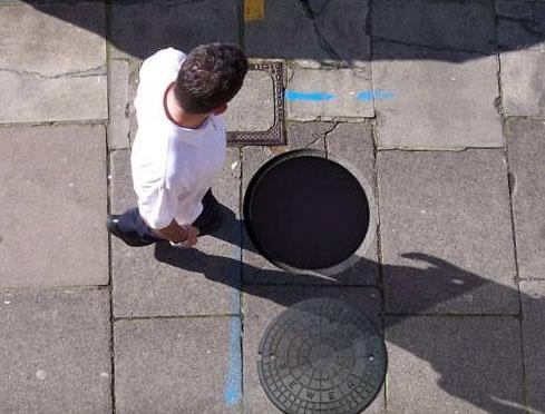 다른 데 보고 가다가 맨홀에 빠지기 직전의