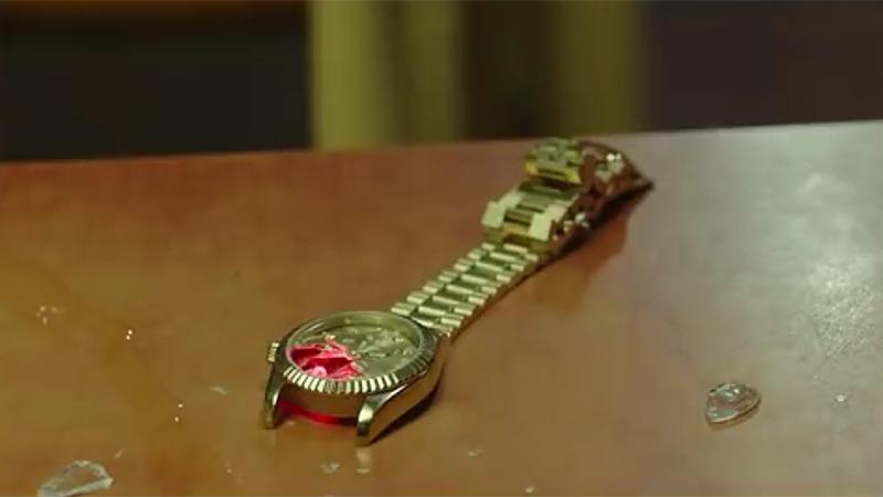 사진: 영화 보안관 줄거리에서 조진웅이 이성민을 감시하는데 사용한 위치추적 시계.