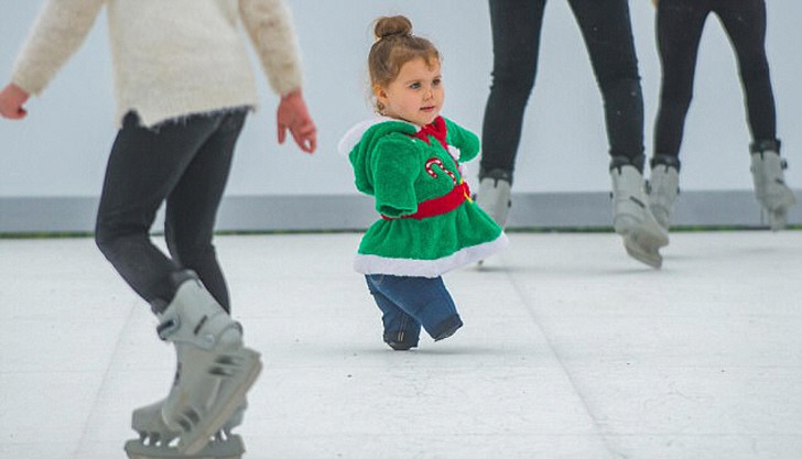뇌수막염으로 팔다리를 잃은 3살 소녀, 아이스링크에 서다