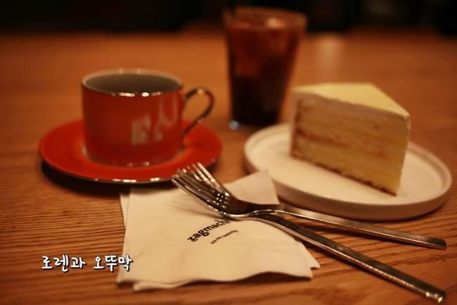 자그마치 카페 커피와 케익