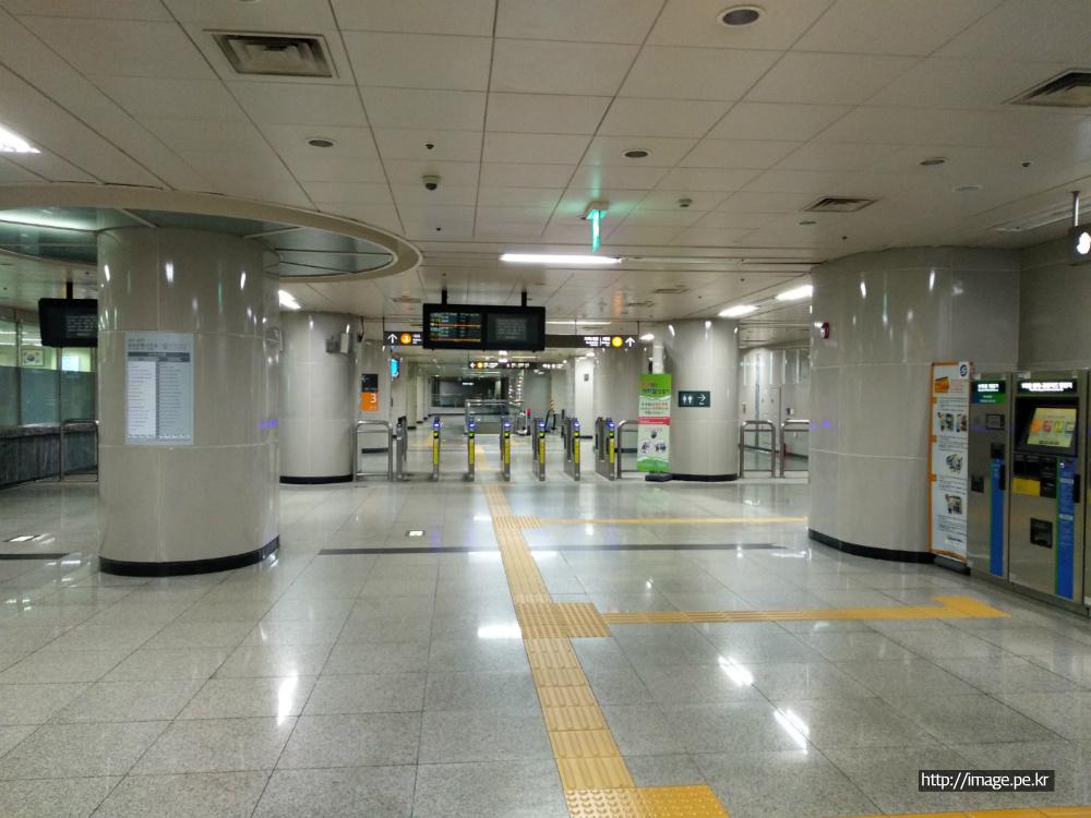 밤 늦은 시간의 지하철 역